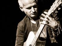"""Mistrzowie gitary – Piotr Restecki i """"fingerstyle"""" w Klubie Kultury Saska Kępa"""
